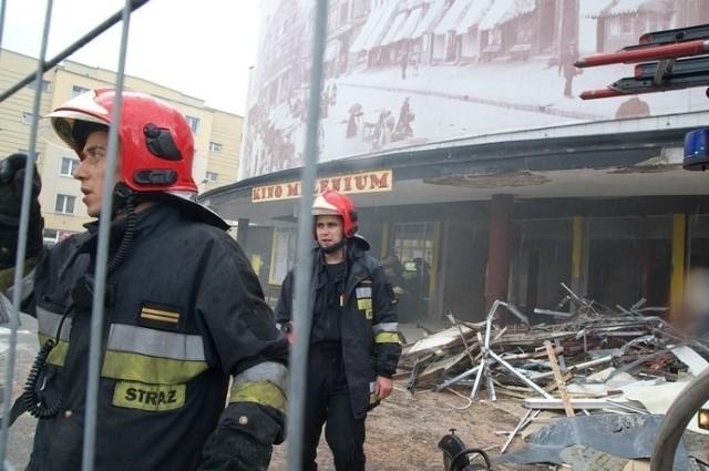 Według ustaleń policji i strażaków, to pożar zajął się od iskry z palnika, którym  wycinano metalowe elementy budynku.