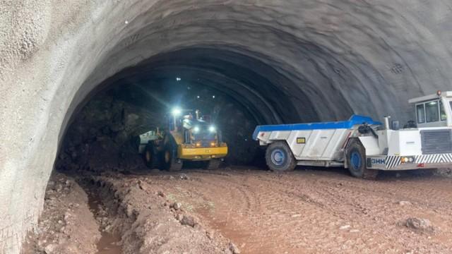 - Ponad 200 m nawy wschodniej i prawie 170 m nawy zachodniej wydrążono w portalu południowym tunelu TS26, który powstaje w ramach budowy odcinka S3 od Bolkowa do Kamiennej Góry. To ok. 9 procent całkowitej długości tunelu, który będzie liczył 2300 m – informuje Generalna Dyrekcja Dróg Krajowych i Autostrad.   - Wykonawca prowadzi również prace przy portalu północnym tunelu. Realizowany jest wykop tzw. Open Cut. W miarę schodzenia w dół ściana portalowa czołowa i ściana boczna zabezpieczane są sukcesywnie za pomocą torkretu, siatek i kotew – dowiadujemy się. -  Rozpoczęcie drążenia tunelu na portalu północnym planowane jest w najbliższych tygodniach.   Ponadto na obu odcinkach trasy prowadzone są prace na obiektach mostowych polegające na wykonywaniu wykopów pod fundamenty, zbrojeniu i robotach palowych. Trwa przebudowywanie kolizji wodociągowych i sanitarnych. Prowadzone są również prace przy przebudowie koryta rzeki Bóbr.  Wideo: Wirtualny przejazd najdłuższym pozamiejskim tunelem w Polsce  źródło: GDDKiA  Zobacz także, jak wyglądają prace przy budowie tunelu:   Czytaj także: Rozpoczęło się drążenie tunelu na S3 na Dolnym Śląsku. Przetnie Góry Wałbrzyskie, będzie najdłuższym pozamiejskim tunelem w Polsce