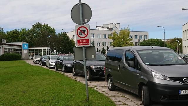 """Bezmyślne parkowanie sprawia wielu kierowcom i pieszym ogromne problemy. W Kielcach przykłady takich zachowań można mnożyć. Z pomocą profilu na facebooku """"Jak się parkuje w Kielcach"""" wybraliśmy 20 przykładów totalnej bezmyślności na ulicach Kielc. To  przykłady z ostatnich dnia. Na zdjęciu okolice przychodni i szpitali  przy Jagiellońskiej - chodniki  zablokowane przez auta. Tomasz Królak napisał """"Na Jagiellońskiej 72  w rejonie Przychodni Lekarskiej gdzie ludzie o kulach, na wózkach inwalidzkich, starsi i młodsi, dzieci ... Wszyscy zmuszeni są poruszać się jezdnią...""""  Na kolejnych slajdach """"mistrzowie parkowania z Kielc"""" - 20 przykładów totalnej bezmyślności"""