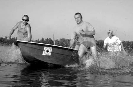 Ratownicy WOPR ostro ćwiczyli na Pogorii III przed sezonem. Od lewej Marek Morawski, Stanisław Stachowiak i Marta Ulman.