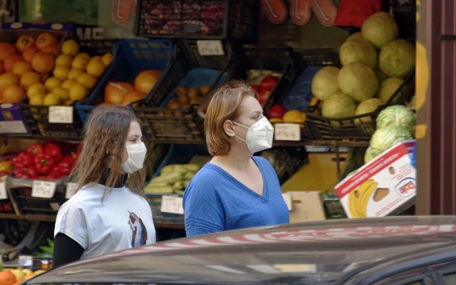 Environmental Working Group, amerykańska organizacja propagujący zdrowy tryb życia, co roku przygotowuje raport, w którym publikuje informacje o najbardziej toksycznych produktach spożywczych.  Owoce i warzywa zostały zbadane pod kątem zawartości pestycydów.  Które warzywa i owoce są najbardziej toksyczne? Oto ranking EWG - lista najbardziej toksycznych warzyw i owoców dostępnych w sklepach.