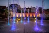 Tarnów. Multimedialna fontanna przy ulicy Bernardyńskiej znów mieni się kolorami. Wznowiono pokazy wodno-świetlno-muzyczne [ZDJĘCIA]