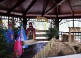 Trwa montaż szopki bożonarodzeniowej w Parku Miejskim w Łęczycy