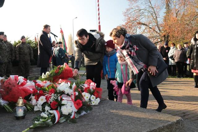 """11 listopada mieszkańcy tradycyjnie zebrali pod Pomnikiem w parku im 5. Dywizji. Później zorganizowano uroczystą sesję rady miasta, podczas której której przyznano tytuły """"Zasłużony dla Miasta Gubina"""""""