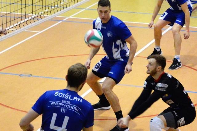 Andrychowianin Jakub Gaweł (z prawej) był najlepszym zawodnikiem meczu, w którym MKS pokonał we własnej hali TS olley Rybnik 3:1, lidera grupy V (śląskiej) II ligi siatkarzy.
