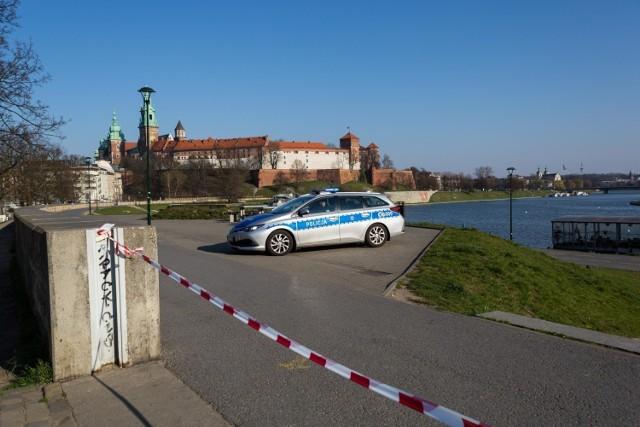 Na początku pandemii w Krakowie zamknięte były m.in. bulwary wiślane. Inne koronawirusowe absurdy można objerzeć na kolejnych slajdach >>>