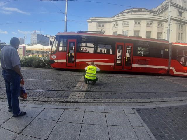 Katowice: na rynku wykoleił się tramwaj. Poważne utrudnienia w kursowaniu linii 45.  Zobacz kolejne zdjęcia. Przesuwaj zdjęcia w prawo - naciśnij strzałkę lub przycisk NASTĘPNE