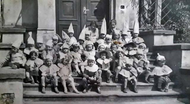Najstarsze zdjęcia pochodzą z lat 50. Są też fotografie z lat 60. i 70. Mieszkańcy Nowej Soli z grupy Nowa Sól wczoraj pokazali zdjęcia z nowosolskich przedszkoli. Wzruszają rajtuzki, stroje szyte w domu przez kreatywne mamy i babcie. A rakieta do dzisiaj jest źródłem wspomnień wielu dorosłych i wielu młodszych nowosolan. Kliknij w zdjęcie i przejdź do galerii. Może znajdziesz znajomych.