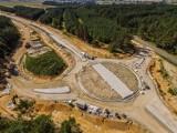 Budowa obwodnicy Praszki. Potępuje realizacja 13-kilometrowej drogi. Zobacz, co dzieje się na placu budowy! [ZDJĘCIA]