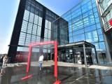 Kurtyna wodna stanęła przed Galerią Echo w Kielcach. Jest orzeźwiająca mgiełka, zobacz jaką sprawia ulgę [ZDJĘCIA]