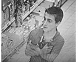 Policja poszukuje sprawców kradzieży w sklepie. Rozpoznajesz tych mężczyzn? ZDJĘCIA