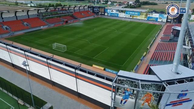 Od weekendu znamy pełną obsadę szczebla centralnego. Trzech nowych beniaminków ma PKO Ekstraklasa, trzech również Fortuna 1 Liga, a czterech eWinner 2 liga. Część z nich zagra domowe mecze u siebie, część w gościnie. Poznajcie wszystkie stadiony, na których odbędą się mecze tych drużyn.