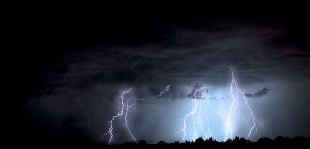 IMGW ostrzega przed silnym deszczem i burzami, które mogą pojawić się w całym regionie.