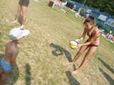 Mistrz Grzegorz Fijałek trenuje młodzież w siatkówce na plaży