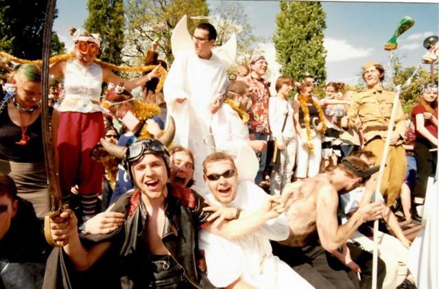 Juwenalia w Piotrkowie na archiwalnych zdjęciach. Tak się bawili studenci pod koniec lat 90. i na przełomie wieków