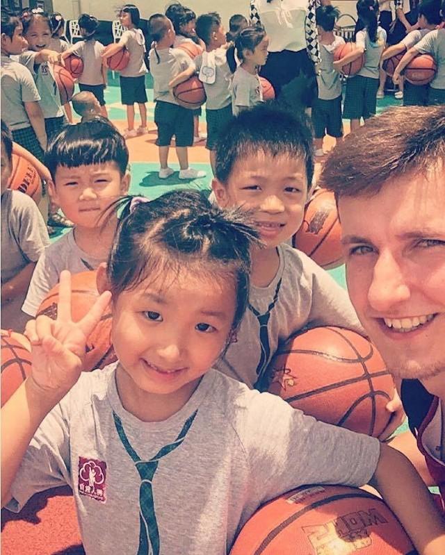 Damian Jeszke - chełmnianin, który robi karierę koszykarską, przebywa obecnie w Chinach. Tam reprezentacja B Polski rozgrywa spotkania towarzyskie.