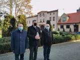 Radni PiS-u złożyli kwiaty i znicze pod pomnikami [ZDJĘCIA]
