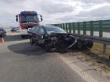 Wypadek na S7 w gm. Cedry Wielkie. Kierowca stracił panowanie i uderzył w barierę przydrożną. Są ranni |ZDJĘCIA