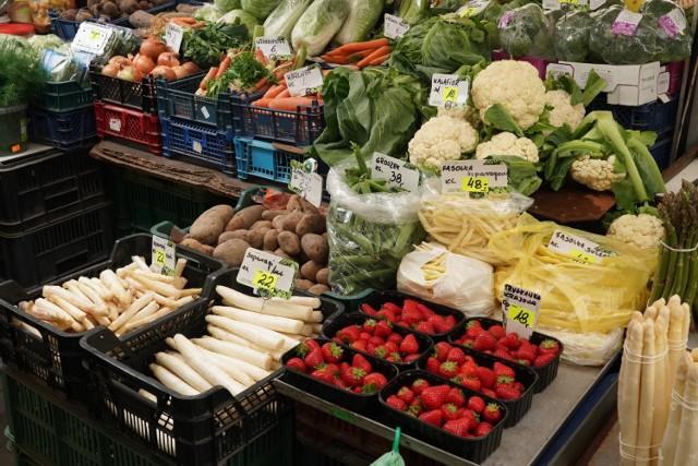 Ceny warzyw i owoców odstraszają i dziwią. Koszt pudełka malin to 18 zł, za borówki trzeba zapłacić 12 zł, kilogram truskawek, w zależności od ich miejsca pochodzenia, kosztuje od 12 zł do 20 zł. Przejdź do kolejnego zdjęcia i sprawdź ceny --->