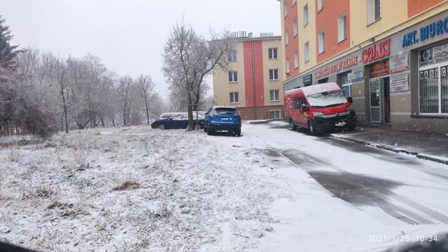 """""""Parking"""" na trawniku przy Śniadeckich w Radomiu  Poprosiliśmy internautów o zdjęcia radomskich Mistrzów Parkowania.  Też masz jakieś zdjęcie? Wyślij je na radom@echodnia.eu lub na nasz Facebook"""