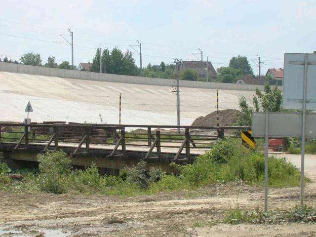 Przez drewniany most na potoku Stryszówka dzieci z przysiółków chodzą do szkoły a dorośli jeżdżą do urzędu gminy i do pracy.Miejsce, gdzie stoi most po zalaniu zbiornika wodnego Świnna Poręba znajdzie się pod wodami Jeziora Mucharskiego. Widoczne na zdjęciach mosty; kolejowy i drogowy prowadzą do Zembrzyc i nie są lokalnym połączeniem drogowym dla Dąbrówki.