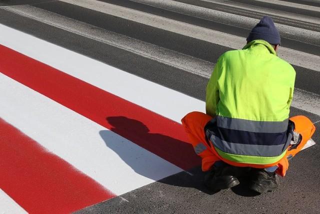 Biało-czerwone zebry na ulicy Częstochowskiej w Kaliszu mają poprawić bezpieczeństwo