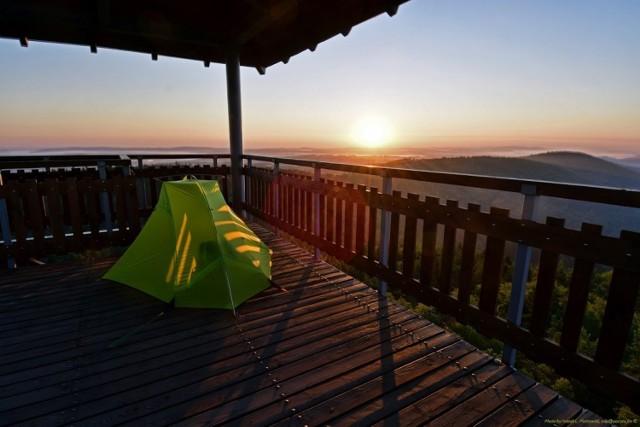 Nocleg w takim miejscu wymaga namiotu oraz solidnego śpiworu. Jacek Piotrowski spędził tu już pięć nocy