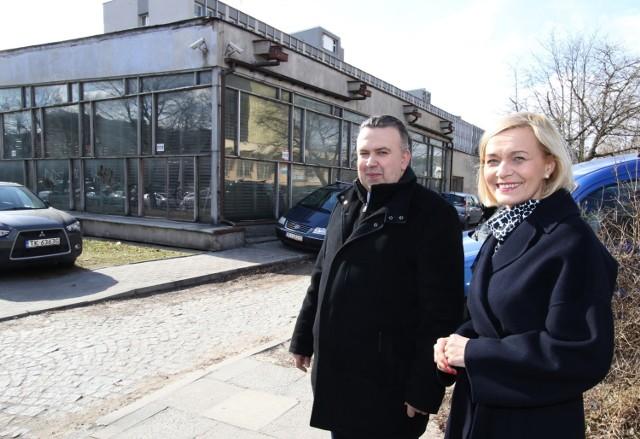 Wicemarszałek Renata Janik oraz dyrektor Departamentu Organizacyjne i Kadr Mariusz Bodo w miejscu, gdzie ma stanąć biurowiec