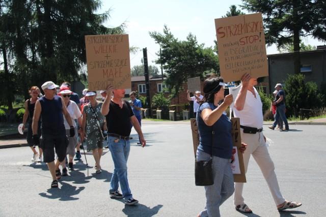 Mieszkańcy dąbrowskich Strzemieszyc oraz Sławkowa w piątek 30 lipca blokowali przejazd ulicami Strzemieszycką i Rudną  Zobacz kolejne zdjęcia/plansze. Przesuwaj zdjęcia w prawo - naciśnij strzałkę lub przycisk NASTĘPNE