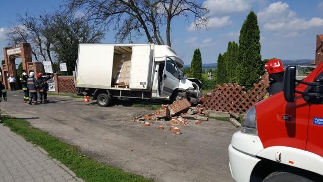 W Unisławiu, przy ul. Chełmińskiej, kierowca  dostawczego iveco nie opanował pojazdu i uderzył w  ogrodzenie cmentarza.
