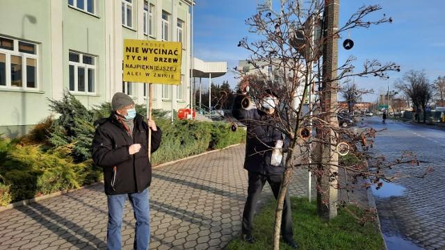 Dominik Księski - prezes Fundacja Działań Lokalnych podczas protestu na ulicy 700-lecia w Żninie.