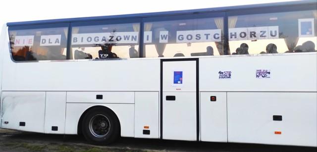 Mieszkańcy okleili swoje pojazdy hasłami przeciwko biogazowni, nagłaśniając protest, dotyczący planowanej inwestycji w Gostchorzu.