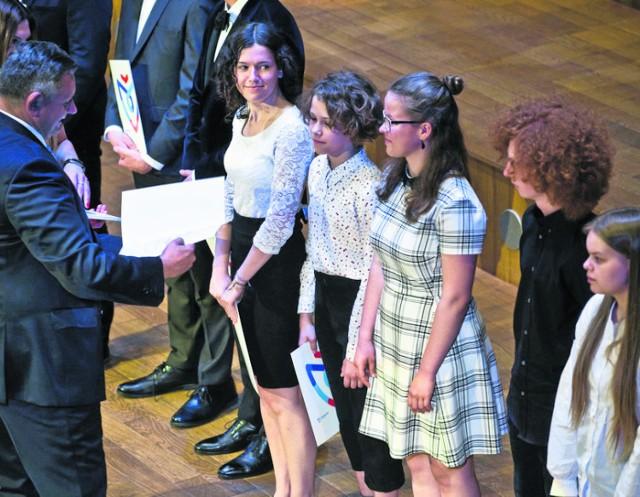 Nagrody osobiście na scenie Filharmonii Koszalińskiej wręczał prezydent Piotr Jedliński, życząc uczniom spokojnych wakacji