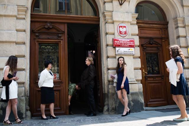 Szkoła naprawdę trzyma poziom, bo jeśli ktoś ocenami na szablę nie zarobił, to musi zostać prezydentem - śmiał się Andrzej Duda.