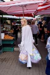 Modelki wśród owoców i kwiatów. Niezwykła sesja zdjęciowa przy Hali Mirowskiej