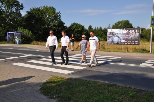 Przejście dla pieszych w Zieleniewie, przez które przechodzą sołtys Mirosława Folta, starosta Tomasz Tamborski i dwaj radni Tomasz Czechowicz i Bartosz Góral