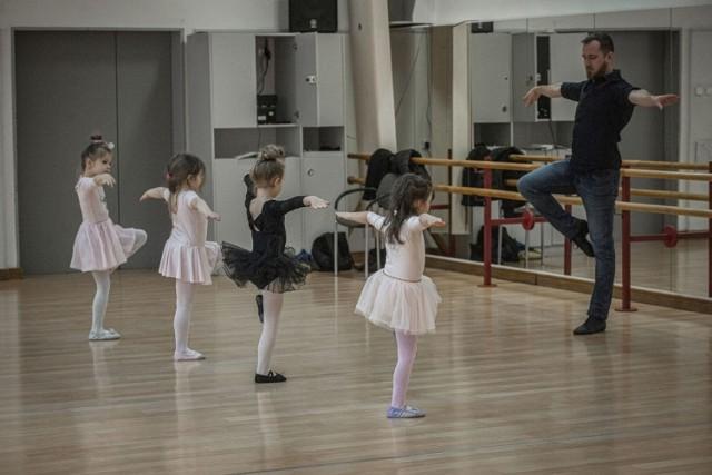 W Centrum Kultury 105 w Koszalinie znowu zaczęły działać różne sekcje. Dzieci mogę więc korzystać z zajęć dodatkowych. Nasz fotoreporter odwiedził dzieci, które uczestniczą w zajęciach baletowych.