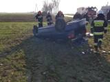 Wypadek w Jastrzębnikach pod Kaliszem. Auto dachowało w polu [FOTO]