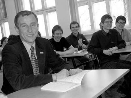 Dyrektor Przemysław Fabjański bardzo dobrze czuje się w gronie uczniów.