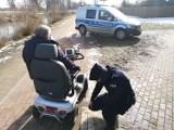 Pruszcz Gdański. Policjanci pomogli kobiecie na wózku inwalidzkim, który uległ awarii