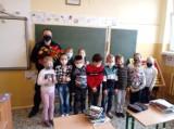 """Uczniowie Szkoły Podstawowej w Wandowie spotkali się z policjantem w ramach akcji """"Bezpieczna droga do szkoły"""""""