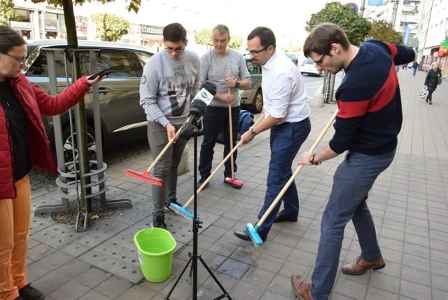 Zdaniem posła Marcina Horały ulice w Gdyni nie są porządkowane w sposób należyty. Kandydat na prezydenta miasta chwycił za miotłę i własnoręcznie czyścił ulicę Świętojańską