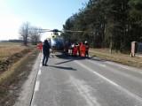 Wypadek pod Warszawą. Samochód uderzył w grupę kolarzy. Na miejscu strażacy, ratownicy i policja [ZDJĘCIA]