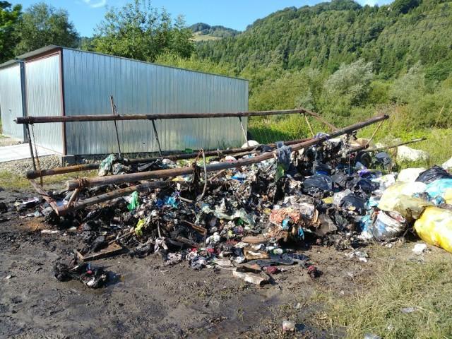 Tyle zostało z wozu, którym mieszkaniec Rytra odbierał od mieszkańców wysokich przysiółków śmieci