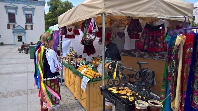 Jarmark Jaszczurczy kolejny raz przyciągnął tłumy do  Miasta Zakochanych. Było co oglądać, podziwiać na stoiskach z rękodzielnictwem, sztuką ludową, rzemiosłem, w kramach kolekcjonerów czy smakować na tych ze swojskim jadłem. Była także okazja, aby pobawić się w przy muzyce z różnych stron Polski i nie tylko. Do Chełmna dotarły bowiem również zespoły zagraniczne - z Ukrainy: Vozokanka, Zdorovenki Buly, Kanivchanka oraz  Dżerela, a także Dziecko Świata z Białorusi. Zaczęło się od kolorowego korowodu, który przeszedł od Bramy Grudziądz-kiej na starówkę. Zespoły wystąpiły na głównym deptaku miasta, na scenie rynku, podczas koncertu wieczornego międzynarodowego oraz uroczystej mszy św. w farze. Wszędzie popisały się umiejętnościami wokalnymi, tanecznymi i muzycznymi. Zaprezentowały się ponadto: Zespół Pieśni i Tańca  Powiśle z Kwidzyna, Zespół Tańca Ludowego Kundzia z Chełmna, Kapela i Chór Seniora Dolina Drwęcy oraz Zespół Wokalny Nowalijki z Chełmna. Na pożegnanie zagrała Kapela Zespołu Pieśni i Tańca Pomorze. Była również potańcówka z orkiestrą Vozokanka ze Słowacji.