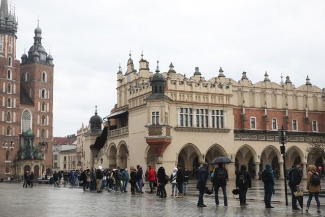 Kolejka do szczepień w trakcie majówki na krakowskim rynku