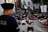 Kraków. Die-in: Wymieramy. Aktywiści protestowali pod magistratem