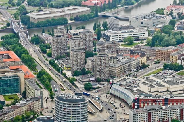 Zacznij poszukiwania na naszych zdjęciach. Znajdź ulicę, na której mieszkasz, szkołę, do której chodzisz, swoją pracę, ulubione miejsce we Wrocławiu, dom, w którym mieszkasz ty, twoi znajomi, rodzina. Zobacz Wrocław z lotu ptaka.