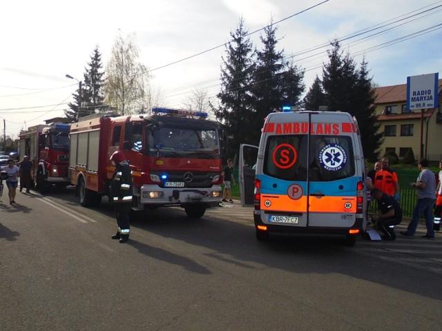 Tragiczny wypadek w Rzezawie. Kierowca potrącił trójkę rowerzystów i dwóch pieszych, jedna osoba nie żyje