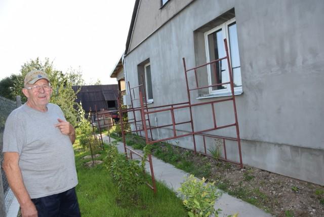 Jan Klewiec zabezpieczył okna domu, ale obawia się, że to nic nie da